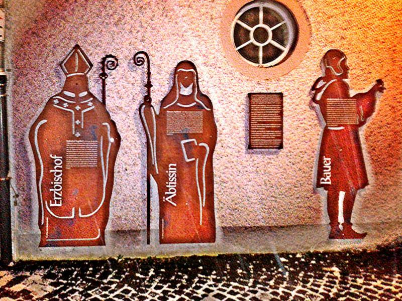 Historische Figuren an den Wänden von Haus Letmathe