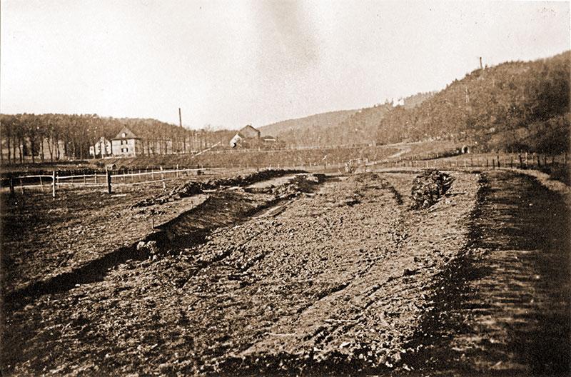 Volksgarten Letmathe - erste Erdarbeiten im Jahr 1933. Oben in der Bildmitte das alte Letmather Freibad. Im Hintergrund rechts das im Zuge des Autobahnbaus abgerissene Ehrenmal.