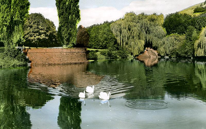 Volksgarten (1960er Jahre) - Teich mit Schwänen und Rondel. Hier fanden vor dem Bau der Musikmuschel (1978) die musikalischen Veranstaltungen statt.