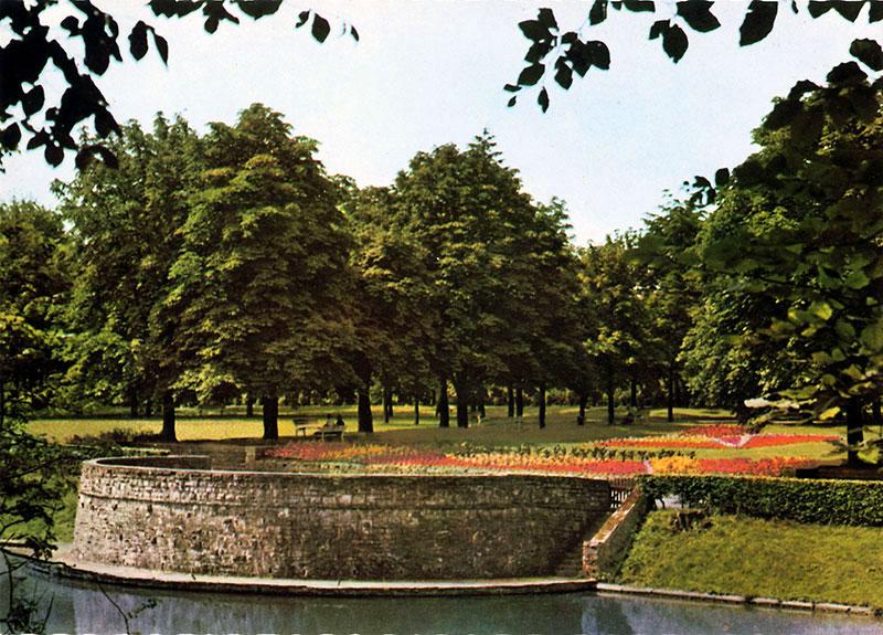 Volksgarten (1970er Jahre). Das abgebildete Rondell diente vor dem Bau der Musikmuschel (1978) als Bühne für die musikalischen Veranstaltungen.
