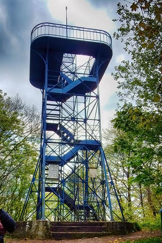 Humpfertturm (Mai 2017) Eigentlich Carl-Hassel-Turm. Benannt nach Carl Hassel dem ersten Vorsitzenden des SGV Letmathe. Der erste 1891 errichtete Aussichtsturm aus Holz wurde bereits im Winter 1891/92 von einem Sturm zerstört. Der zweite im Jahr 1892 aufgestellte Holzturm wurde 1907 wegen Ameisenfrass abgerissen. Die heutige Stahlkonstruktion wurde im Juni 1908 eingeweiht.