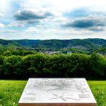 """Aussichtspunkt """"Arische Platte"""" oberhalb von Dröschede. Im Vordergrund eine Orientierungstafel des Heimatvereins Dorf Dröschede. (Mai 2018) Foto: Ulrich Dornhoff"""